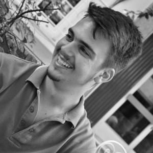 """Καρακασίδης Στράτος Γεννήθηκε και μεγάλωσε στη Θεσσαλονίκη. Είναι τελειόφοιτος του τμήματος των Πολιτικών Επιστημών του Αριστοτελείου Πανεπιστημίου Θεσσαλονίκης και, ταυτοχρόνως, δραστηριοποιείται δυναμικά σε οργανώσεις και δράσεις στην πόλη. Έχει την ιδιότητα του Αντιπροέδρου στην Ελληνική Ένωση Φοιτητών Πολιτικών Επιστημών (""""Greek association  political science students"""").  Η δημοσιογραφία αποτελεί σημαντικό κομμάτι της ζωής του και αφιερώνεται σε αυτήν ως αρθρογράφος στις εφημερίδες """"Real"""", « Μακεδονία», στο «Think free». Σήμερα υπηρετεί ως πολιτικός σχολιαστής και παρατηρητής  (""""Political Observer"""") στο αμερικανικό site """"Huffington Post Greece""""."""