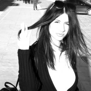 Γαλεγαλίδου Μαριάνα Αρχισυντάκτρια Γεννήθηκε και μεγάλωσε στη Θεσσαλονίκη, τεταρτοετής φοιτήτρια της Νομικής Σχολής Αριστοτελείου Πανεπιστημίου Θεσσαλονίκης. Έλαβε Αριστεία και Βραβεία Πρωτιάς από το Υπουργείο Παιδείας επί έξι συναπτά έτη και διακρίθηκε για τις επιδόσεις της στις Πανελλήνιες Εξετάσεις, βραβευόμενη με σχετική υποτροφία. Ως πλήρης υπότροφος, παρακολούθησε μαθήματα οικονομικής επιστήμης και ορολογίας στο Πανεπιστήμιο της Κολωνίας και, στη συνέχεια, λαμβάνοντας τρίτη πλήρη υποτροφία από το Γερμανικό Ινστιτούτο Μονάχου, παρακολούθησε μαθήματα ανώτατης Γερμανικής στη Βόννη.  Συμμετείχε στις Προπαρασκευαστικές Επιτροπές του Ευρωπαϊκού Κοινοβουλίου Νέων το 2014, ενώ τα τελευταία δύο χρόνια ανήκει στο Διοικητικό Συμβούλιο της  Ευρωπαϊκής Ένωσης Νέων Νομικών , υπηρετώντας ως  Αντιπρόεδρος Marketing στη Θεσσαλονίκη. Εργάστηκε επί δύο συναπτά έτη στη Διεθνή Έκθεση Θεσσαλονίκης και έχει λάβει μέρος σε περισσότερες από 30 εθελοντικές δράσεις του Δήμου Θεσσαλονίκης, αποτελώντας ενεργό μέλος στις αντίστοιχες οργανώσεις. Υπήρξε Υπεύθυνη Επικοινωνίας και Προώθησης της Συντακτικής Επιτροπής στο περιοδικό του Συλλόγου Φοιτητών Νομικής Αριστοτελείου Πανεπιστημίου Θεσσαλονίκης και Συντάκτρια στο ηλεκτρονικό περιοδικό www.mycampus.gr. Τα τελευταία δύο χρόνια συμμετέχει στην εβδομαδιαία ραδιοφωνική εκπομπή «The Darlings' Show» (FM100,6). Μιλά αγγλικά και γερμανικά.